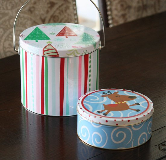 Tutorial for spray painting old Christmas tins {The Creativity Exchange}