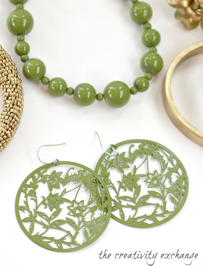Tutuorial for transforming old junk jewelry with enamel spray paint {The Creativity Exchange}