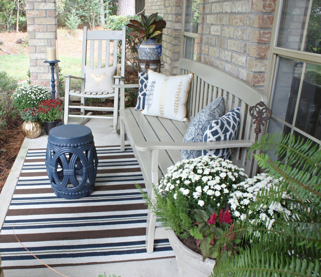 Easy DIY ideas for fluffing the front porch for fall {The Creativity Exchange}