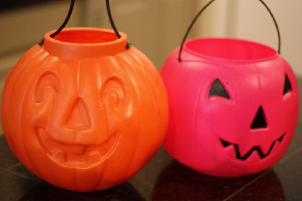 Spray paint cheap plastic pumpkin buckets