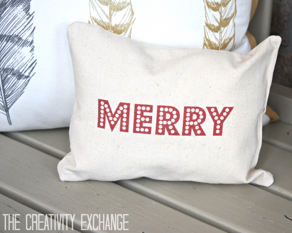 Free printable for making these adorable Merry Christmas pillows. Tutorial for how to print on fabric. {The Creativity Exchange}