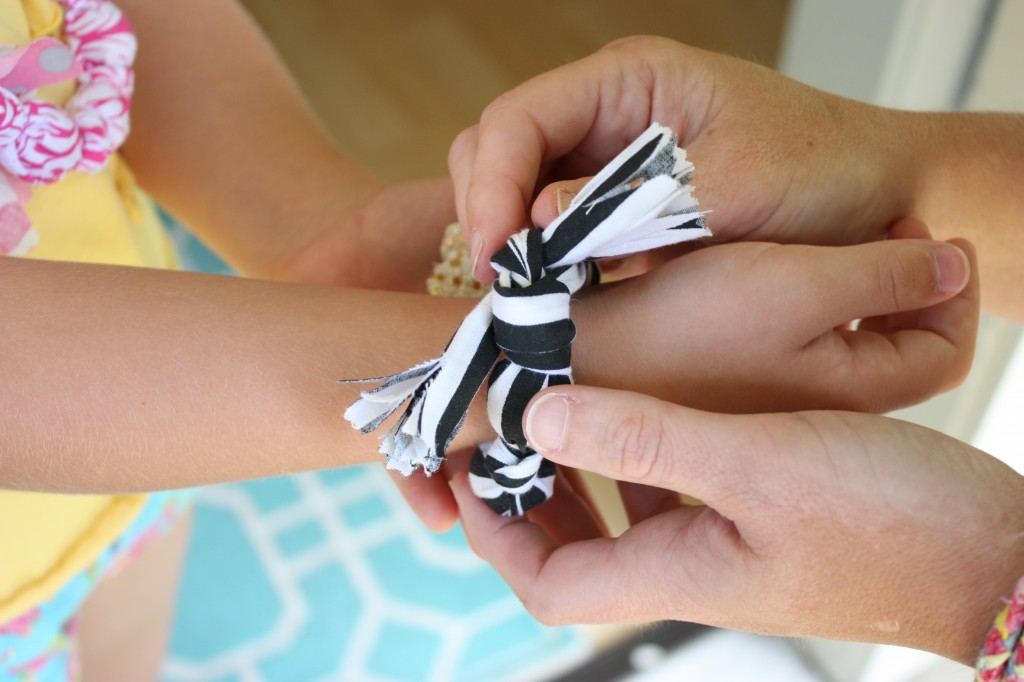 Tutorial for how to make these adorable fabric covered necklaces and bracelets for the kids.  Fun project for the little girls.  The Creativity Exchange