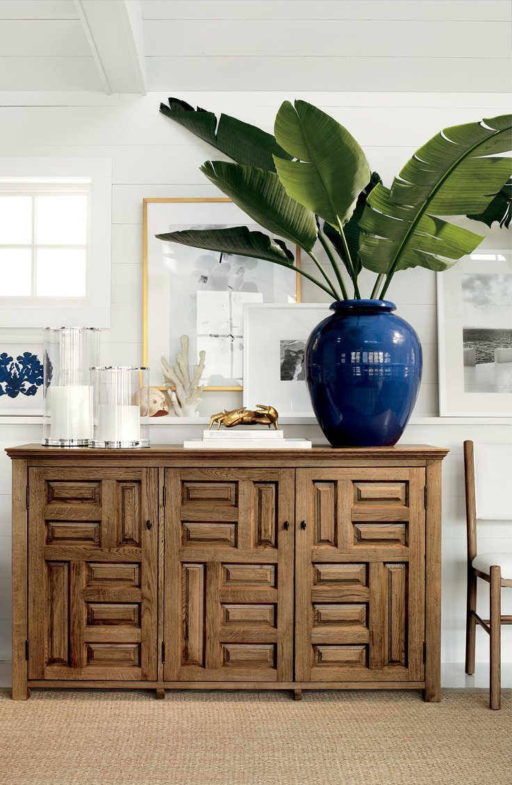 Easy decorating with palm fronds branches and greenery for Sideboard dekorieren