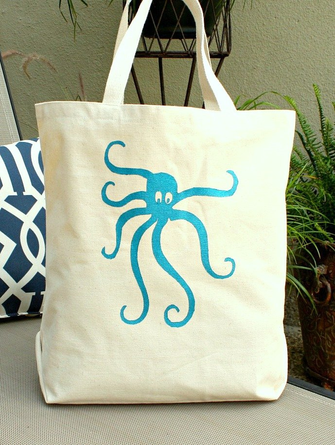 Tutorial for screen printing on fabric, tote bags and other fabrics.