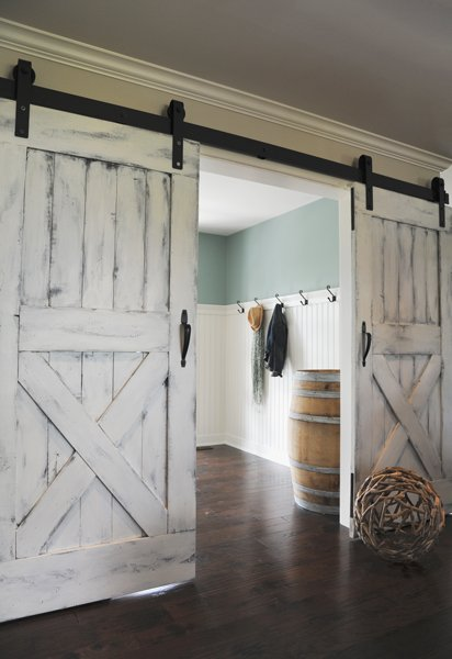 Modern and rustic interior sliding barn door designs - Porte country chic ...