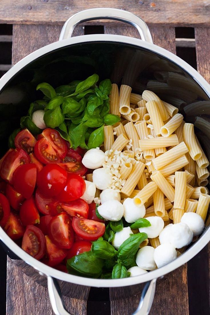 One-Pot Pasta with Tomatoes and Mozzarella